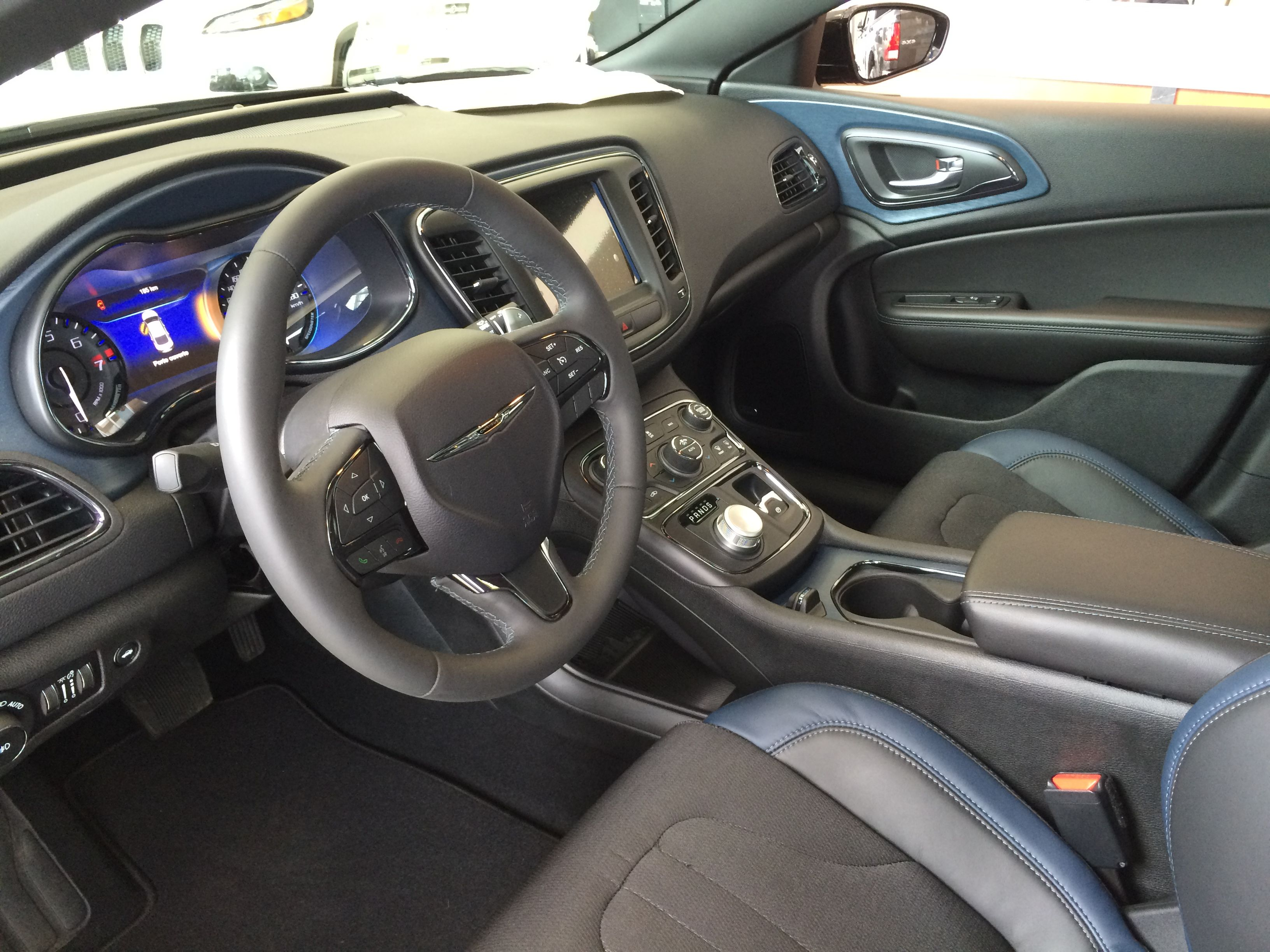 Un Tableau De Bord A La Mesure De Vos Attentes Car Goals Chrysler 200 Steering Wheel