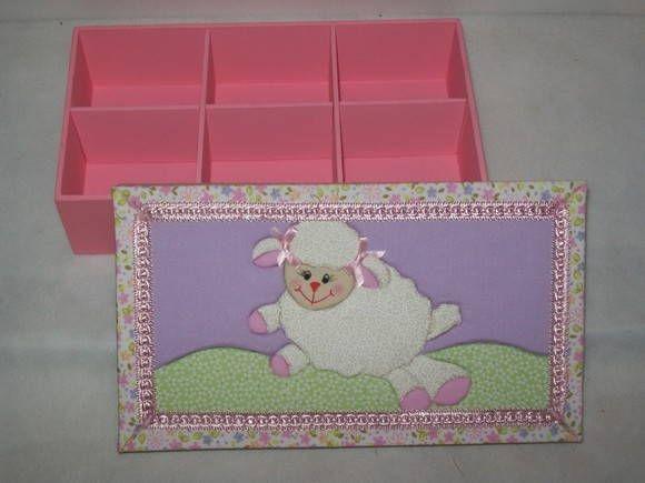 Caixa de MDF com aplicação da técnica de Patchwork no Isopor na tampa, a base é pintada com tinta PVA R$ 40,00