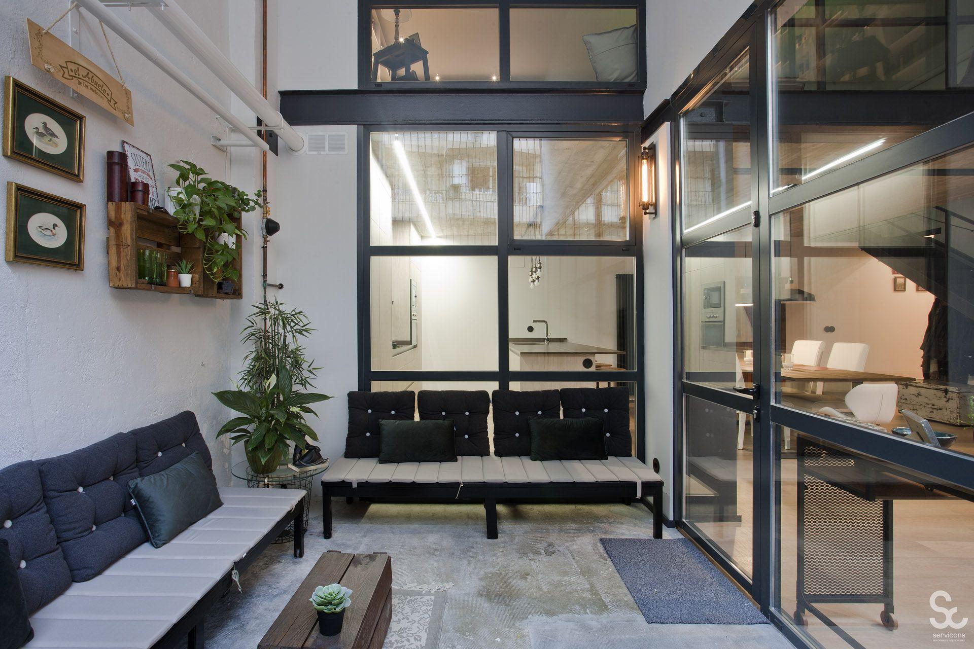 Terraza Patio Interior De Estilo Industrial Reformado Por