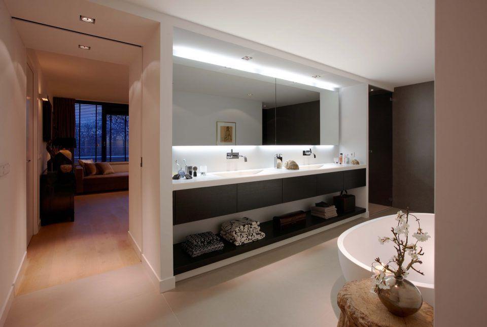 Luxe badkamer met ronde badkuip en wastafel met dubbele wasbak