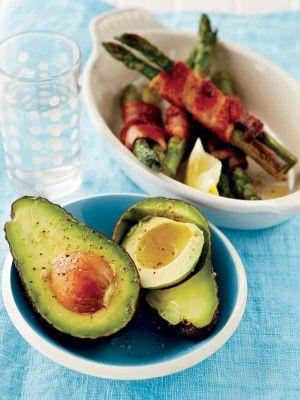 Perfekte naweekkos: aspersie-en-spekpakkies met avokado