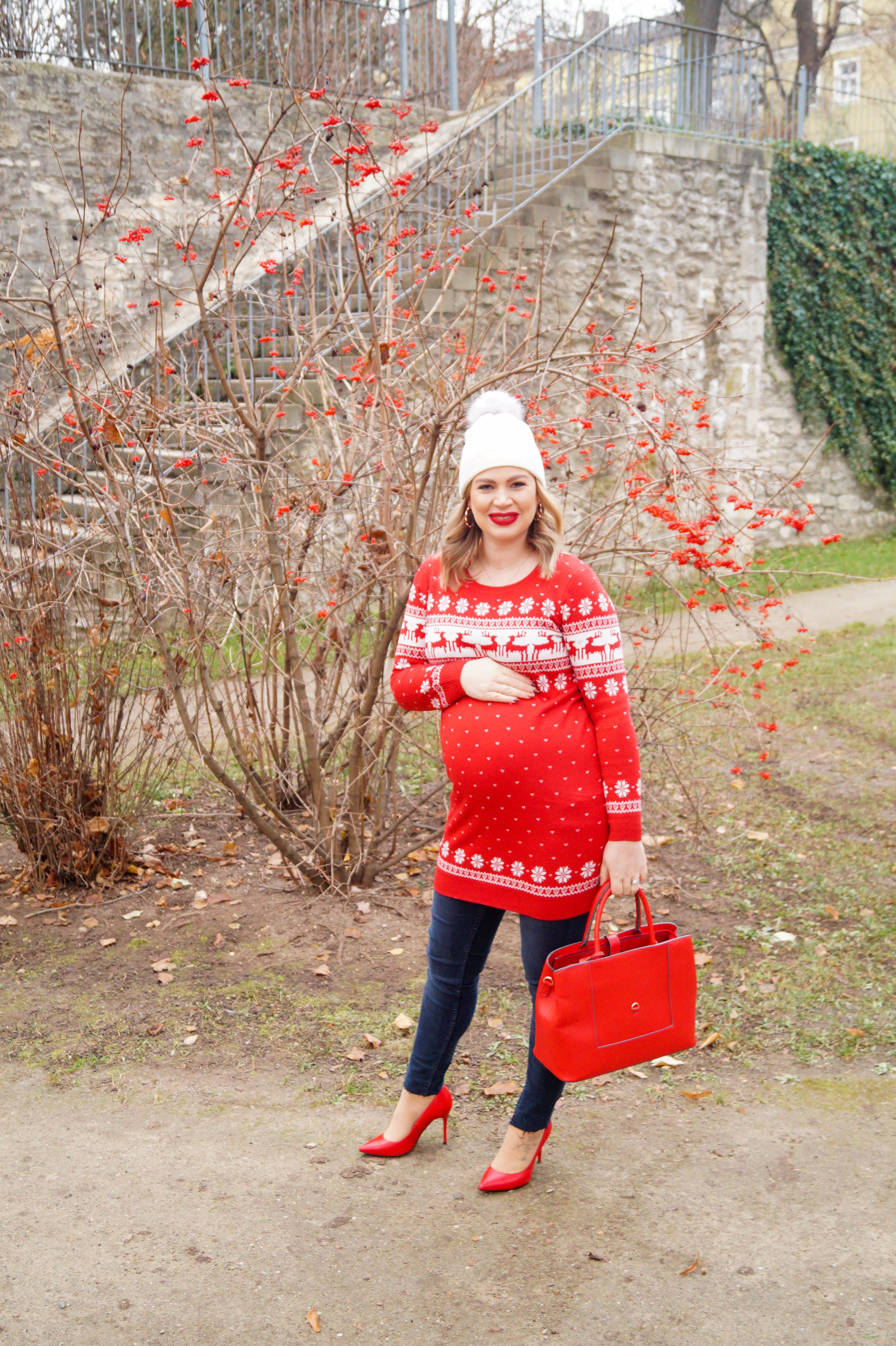 #christmasstyle #christmas #fashion #fashionblogger #MadameSchischi #styleblogger #maternitystyle #dressthebump #winterstyle #redforchristmas #reindeersweater #christmassweater