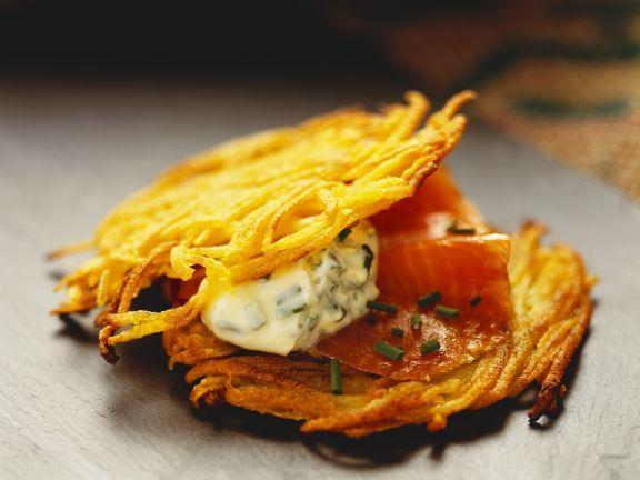 Kartoffelküchlein mit geräuchertem Lachs und Schmand ist ein Rezept mit frischen Zutaten aus der Kategorie Meerwasserfisch. Probieren Sie dieses und weitere Rezepte von EAT SMARTER!