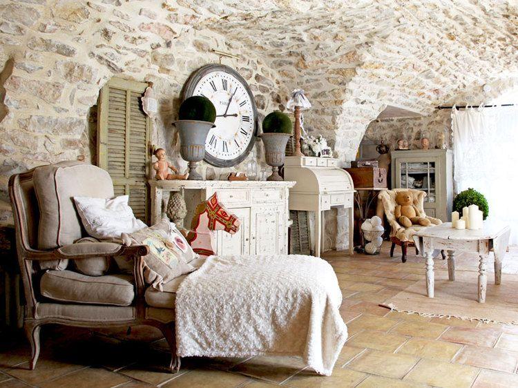 Charme et brocante dans une maison en pierres maison - Deco provencale chic ...