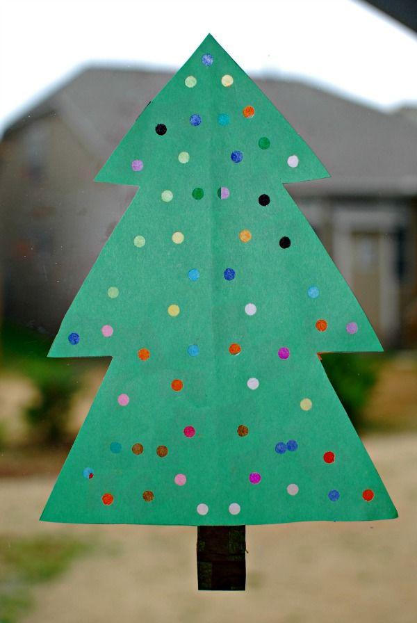 Ein leuchtender Weihnachtsbaum für das Fenster