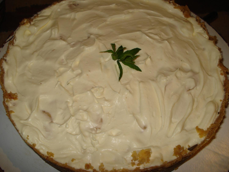 Torta:  - 1 pacote de bolacha maizena  - 250 g de manteiga  - 1 lata de leite condensado  - 500 g de banana  - 200 g de nata  - Ganache:  - 50 g de chocolate meio amargo  - 50 g de chocolate ao leite  - 100 g de creme de leite  - 1 maço de hortelã para enfeitar  -
