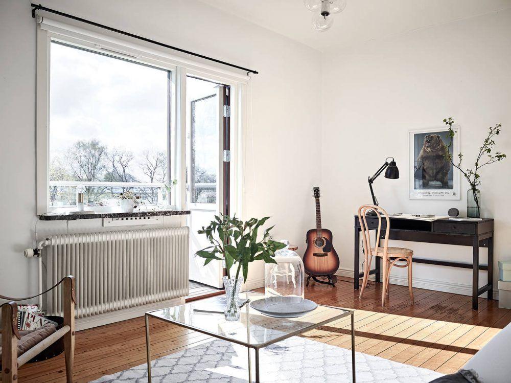 Scandinavisch appartement met stijlvolle houten vloer in donker