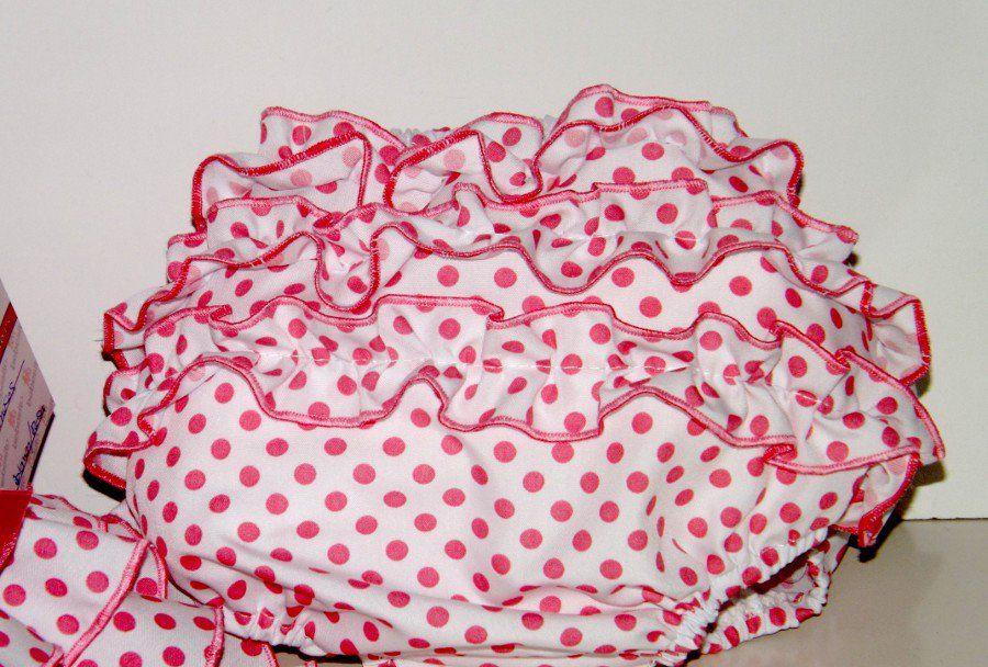 Traje de gitana flamenca para bebe en popelín blanco con lunar rosa adornado con pasacintas con lazo a juego. Abertura en la espalda para más comodidad