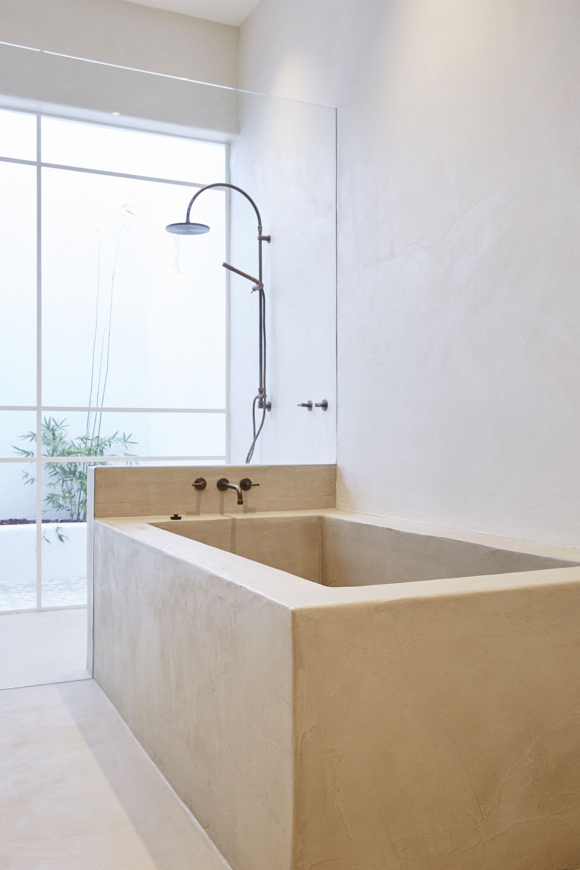 Sol de salle de bains et baignoire en béton ciré couleur Lin Marius ...