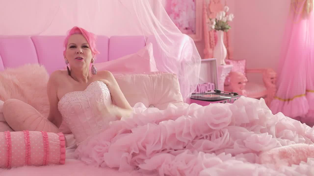 Go Inside The Pinktastic World Of Kitten Kay Sera Video Video Babylights Hair Pink Life Serum