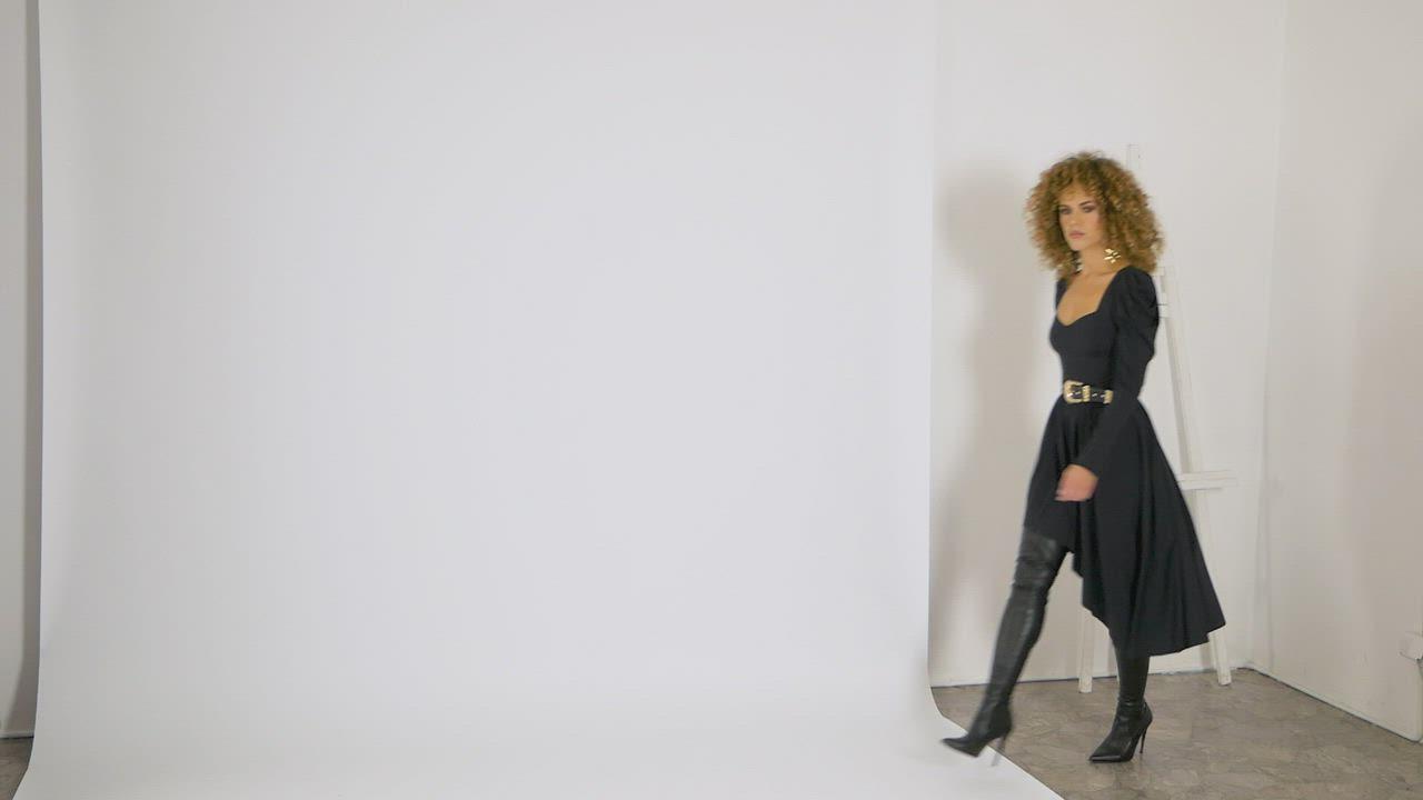 Sukienka Z Szerokimi Ramionami Video Dresses For Work Thigh High Boots Fashion